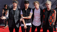 5SOS star in crutches after falling down hole on stage