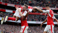 Walcott double helps Arsenal close in on Man City