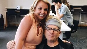 Can you identify the women posing for a photo with Ed O'Neill?
