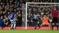 Theo Walcott goal lifts Everton to eighth in the Premier League