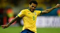 Dani Alves leads a special tribute to Carlos Alberto