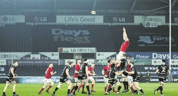 Munster's Tommy O'Donnell claims the lineout in Saturday's Guinness PRO12 clash with Ospreys at Liberty Stadium, Swansea. Picture: Simon King