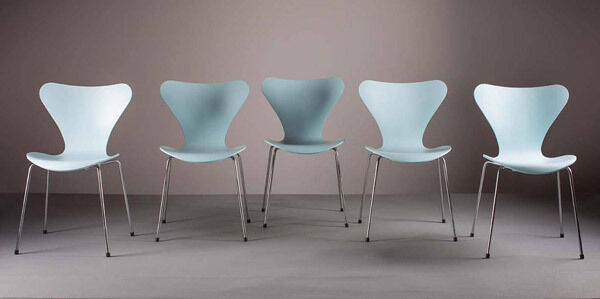 A set of five Series 7 chairs by Arne Jacobsen by Fritz Hansen (€400-€600)
