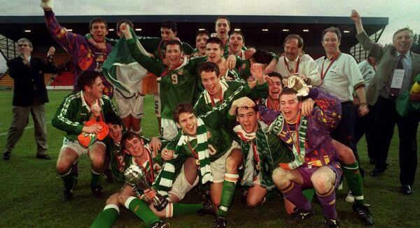 8 May 1998; The Republic of Ireland's U16 Team celebrate following the UEFA Under-16 Championship Final Republic of Ireland v Italy at McDiarmid Park in Perth, Scotland. Photo by David Maher/Sportsfile.
