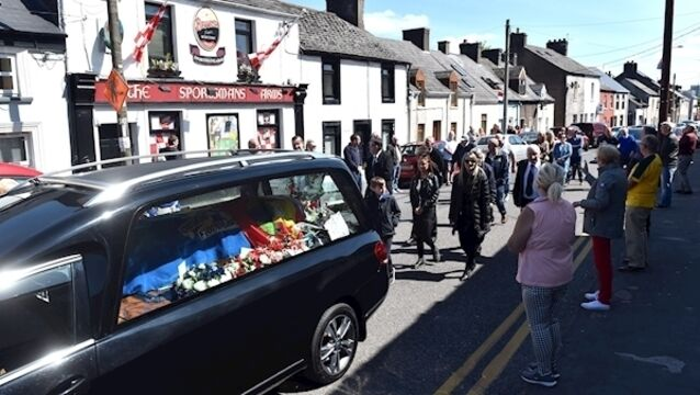 Neighbours and friends stop at the Sportmans Bar on Bandon Road to pay tribute to Cork GAA supporter Timmy 'Jonty' O'Leary whose funeral was held at the Church of the Immaculate Conception, The Lough, Cork. Picture: Eddie O'Hare