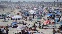 Memorial Day crowds ignore social distancing rules as US heads for 100,000 coronavirus deaths