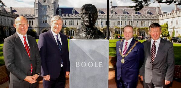 Dominick Chilcott, former ambassador of Ireland to Great Britain, Cllr Chris O'Leary, former Lord Mayor of Cork, and former UCC President Michael Murphy at the unveiling of the George Boole Statue in UCC yesterday. Photo: Emmet Curtin.