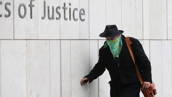 Ian Bailey wearing a face mask on his way into the Criminal Courts of Justice in Dublin for the first day of his Extradition Case. Photo: Sam Boal/RollingNews.ie