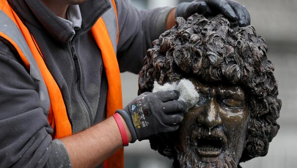 A statue of the late musician Luke Kelly in Dublin's city centre is cleaned after it was defaced.  Picture: Brian Lawless