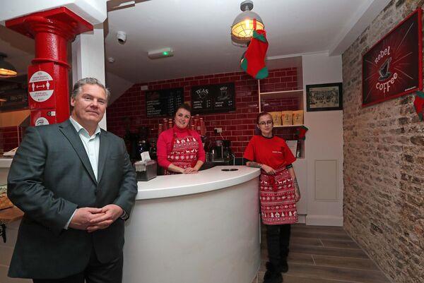 John Lundy avec des membres du personnel, Beatrice Jochiac et Tamara O'Flaherty au Rebel Coffee Cork, French Church Street.