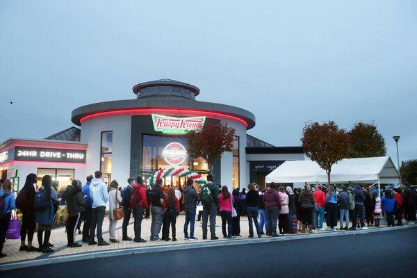 Les gens font la queue à l'extérieur de Krispy Kreme