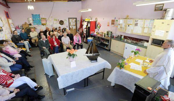 File foto (13 maggio 2012): Padre Michael Murphy, PP, Ballyphehane, celebra la messa per gli ex lavoratori di Vita Cortex con familiari e amici il 150 ° giorno in fabbrica.  Foto di Denise Minnihan.