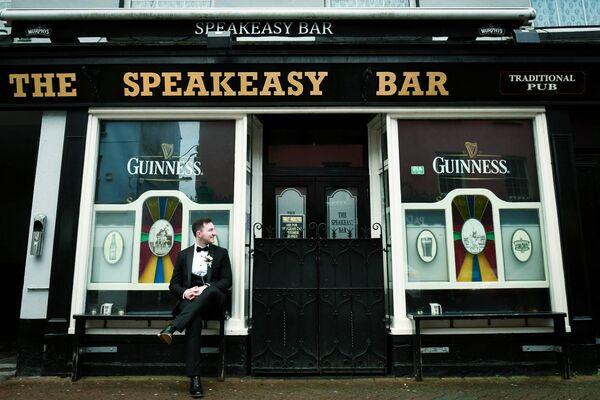 Daithí Casey devant le Speakeasy Bar le grand jour