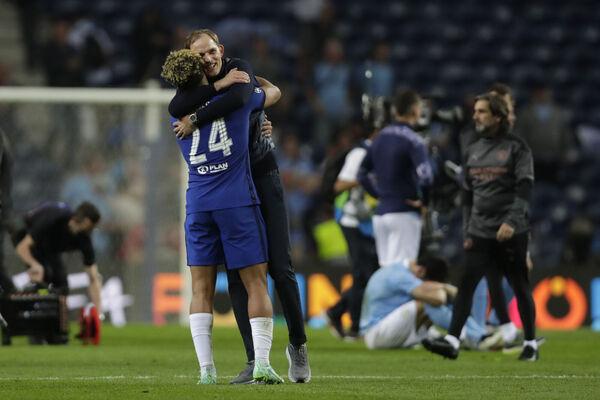 Chelsea head coach Thomas Tuchel celebrates with Chelsea's Reece James.  Photo: AP Photo / Manu Fernandez, Pool