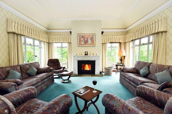 """Ruang tamu mempunyai ciri, 11'6"""" siling berlapis dengan cerobong asap marmar putih coving dan antik"""