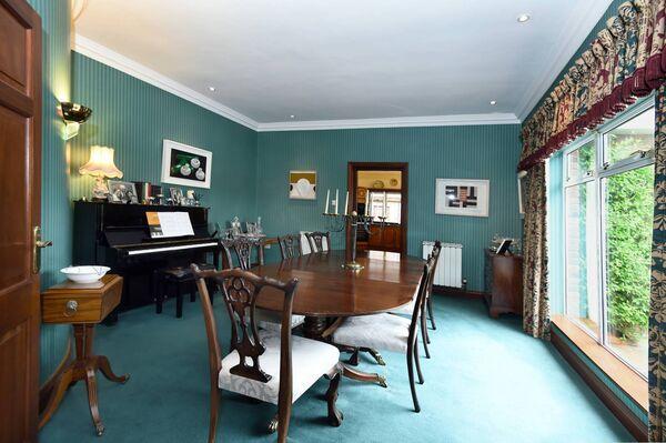 Ruang makan dengan kertas dinding Nina Campbell