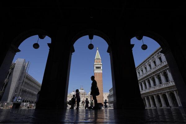 Turyści spacerują w pobliżu ulicy Campanile Świętego Marka w Wenecji, Włochy, w czwartek.  Plik obrazu: PA