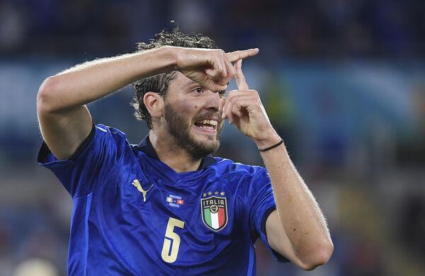 Manuel Locatelli dari Itali meraikannya setelah menjaringkan gol pembukaan pasukannya menentang Switzerland di Stadium Olimpik di Rom.  (Ettore Ferrari, Kolam melalui AP)