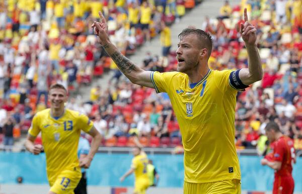 Andriy Yarmolenko dari Ukraine, kanan, bertindak balas setelah menjaringkan gol pertama pasukannya menentang Macedonia Utara di Arena Nasional di Bucharest.  (Foto AP / Robert Ghement, Kolam Renang)
