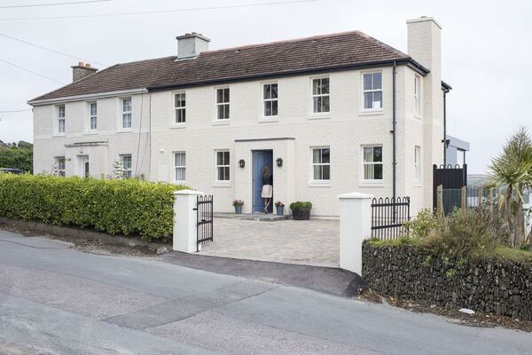 La façade agrandie de cette maison de Kinsale a été réalisée avec un design sympathique à son voisin jumelé et à son environnement.