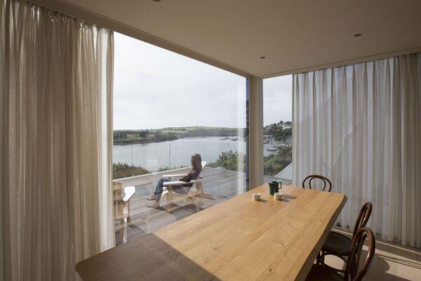 Faites votre choix : Dînez à l'intérieur un jour de pluie irlandaise, ou prenez-le en plein air sur la terrasse.