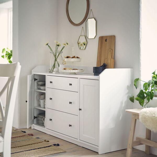 Le buffet Hauga d'Ikea est conçu selon les lignes d'un serveur muet traditionnel avec un style moderne.  165 €.