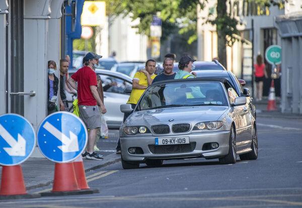 Η Olivia Colman φάνηκε επίσης να οδηγεί μια γκρίζα BMW στους δρόμους της πόλης στη σκηνή.  Φωτογραφία: Dominic Walsh