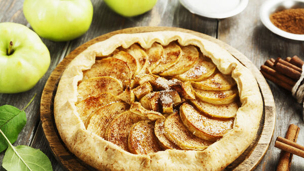 Puff pastry cake with apples