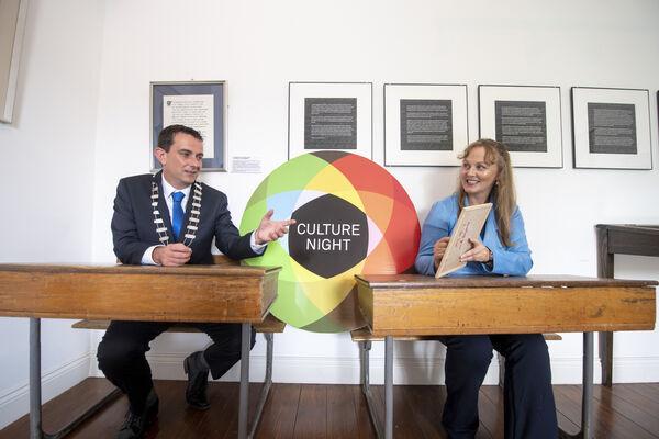 El alcalde de Kerry, Jimmy Moloney, y la oficial de artes de KCC, Kate Kennelly, en Kerry para el lanzamiento de los eventos de la Noche de la Cultura del condado.  Imagen: Domnick Walsh