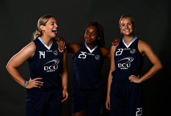 Jogadores do DCU, a partir da esquerda, Aller Moss, Hannah Thornton e Bailey Greenberg