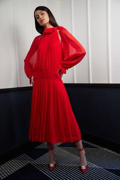 Pleated silk midi dress, € 1,490, Victoria Beckham, flowery pumps, € 955, Magda Butrym