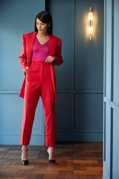Straight blazer, € 1,950, high waist pants, € 695, pink V-neck knit, € 695, all from Dolce & Gabbana, black pumps, € 615, Magda Butrym