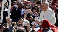 Kids thrilled by surprise Popemobile lift